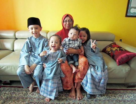 Bersama cucu-cucu di hari raya